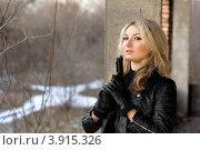 Купить «Блондинка с пистолетом на заброшенном здании», фото № 3915326, снято 21 января 2011 г. (c) Сергей Сухоруков / Фотобанк Лори
