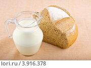 Кувшин с молоком и булка хлеба. Стоковое фото, фотограф Наталья Райхель / Фотобанк Лори