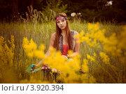 Юная девушка (хиппи) сидит на летней поляне в траве. Стоковое фото, фотограф Boris Bushmin / Фотобанк Лори