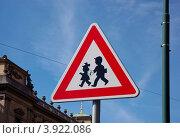 Купить «Дорожный знак - пешеходы. Прага. Чехия.», фото № 3922086, снято 11 июля 2007 г. (c) Ирина Балина / Фотобанк Лори