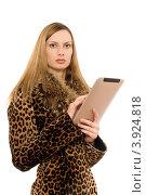 Купить «Модная блондинка с планшетным компьютером», фото № 3924818, снято 29 января 2011 г. (c) Сергей Сухоруков / Фотобанк Лори