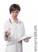 Купить «Молодая девушка в белом халате говорит», фото № 3925210, снято 5 февраля 2012 г. (c) Михаил Иванов / Фотобанк Лори