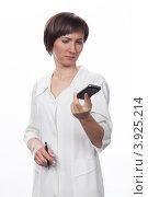 Купить «Молодая девушка в белом халате беседует по мобильному телефону», фото № 3925214, снято 5 февраля 2012 г. (c) Михаил Иванов / Фотобанк Лори