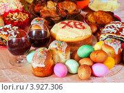 Купить «Пасхальный натюрморт: яйца, куличи и вино», фото № 3927306, снято 15 апреля 2012 г. (c) Яков Филимонов / Фотобанк Лори