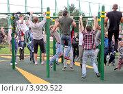Купить «Street Workout. Массовое подтягивание на турнике», эксклюзивное фото № 3929522, снято 1 сентября 2012 г. (c) Илюхина Наталья / Фотобанк Лори