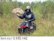 Купить «Человек, одетый в японские доспехи XVI в., держит веер», фото № 3930142, снято 25 августа 2012 г. (c) Виктория Фрадкина / Фотобанк Лори