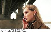 Рыжеволосая девушка говорит по телефону. Стоковое видео, видеограф Максим Шатохин / Фотобанк Лори