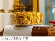 Купить «Венцы на подносах в церкви перед обрядом венчания», фото № 3932718, снято 7 апреля 2020 г. (c) Михайлов Виталий / Фотобанк Лори