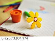 Шариковая ручка в виде игрушечного цветка в горшке на детском рисунке. Стоковое фото, фотограф Елена Шуршилина / Фотобанк Лори
