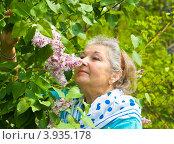 Купить «Портрет пожилой дамы с сиренью», фото № 3935178, снято 5 мая 2012 г. (c) ИВА Афонская / Фотобанк Лори