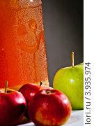 Купить «Запотевшая банка с яблочным соком», фото № 3935974, снято 3 сентября 2012 г. (c) Ольга Денисова / Фотобанк Лори