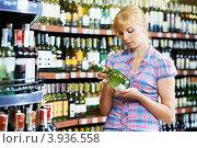 Купить «Девушка выбирает вино в отделе алкогольных напитков», фото № 3936558, снято 18 июня 2012 г. (c) Дмитрий Калиновский / Фотобанк Лори