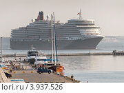 """Круизный лайнер """"Queen Elizabeth"""" заходит в порт Одесса (2012 год). Редакционное фото, фотограф Евгений Калищук / Фотобанк Лори"""