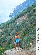 Девушка стоит на обрыве (2012 год). Стоковое фото, фотограф Ольга Ларина / Фотобанк Лори