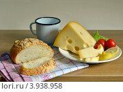 Сыр на тарелке и хлеб. Стоковое фото, фотограф Julia Ovchinnikova / Фотобанк Лори