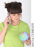 Девушка с глобусом разговаривает по телефону. Стоковое фото, фотограф Phovoir Images / Фотобанк Лори