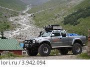 Машина сопровождения спасательного вертолета на Кавказе (2011 год). Редакционное фото, фотограф Елена Чердынцева / Фотобанк Лори