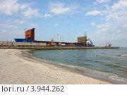 Купить «Погрузка зерна в Ейском порту», фото № 3944262, снято 12 августа 2012 г. (c) Наталья Осипова / Фотобанк Лори