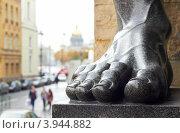 Купить «Санкт-Петербург - фото ноги статуи атланта у Эрмитажа по снимку Б. Игнатовича 1930», фото № 3944882, снято 12 октября 2012 г. (c) Виктор Савушкин / Фотобанк Лори