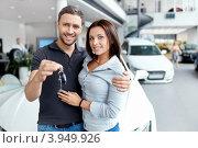 Купить «Молодая пара с ключами от автомобиля», фото № 3949926, снято 4 августа 2012 г. (c) Raev Denis / Фотобанк Лори