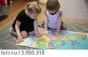 Купить «Две маленькие девочки рассматривают большой атлас мира на полу», видеоролик № 3950318, снято 21 октября 2012 г. (c) Кекяляйнен Андрей / Фотобанк Лори