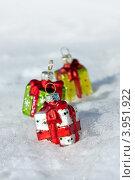 Купить «Елочные игрушки подарки на снегу», фото № 3951922, снято 20 января 2012 г. (c) ElenArt / Фотобанк Лори