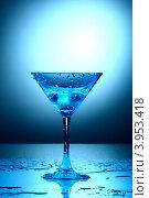 Купить «Коктейль в голубом бокале», фото № 3953418, снято 11 декабря 2008 г. (c) Иван Михайлов / Фотобанк Лори