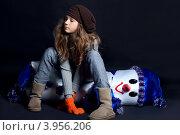 Девушка в зимней одежде и снеговик. Стоковое фото, фотограф Масюк Светлана / Фотобанк Лори