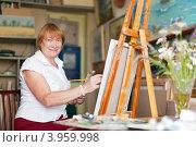 Купить «Художница рисует букет ромашек за мольбертом», фото № 3959998, снято 11 июля 2012 г. (c) Яков Филимонов / Фотобанк Лори