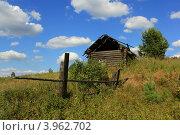 Сельский пейзаж со старым деревянным домиком. Стоковое фото, фотограф Алексей Макшаков / Фотобанк Лори