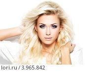 Купить «Студийный портрет восхитительной блондинки с длинными волосами, белый фон», фото № 3965842, снято 19 октября 2012 г. (c) Валуа Виталий / Фотобанк Лори