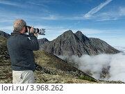 Купить «Турист фотографирует горы на Камчатке. Горный массив Вачкажец», фото № 3968262, снято 26 августа 2012 г. (c) А. А. Пирагис / Фотобанк Лори