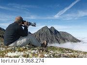 Купить «Турист фотографирует горы на Камчатке. Горный массив Вачкажец», фото № 3968274, снято 26 августа 2012 г. (c) А. А. Пирагис / Фотобанк Лори