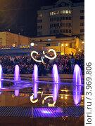 Огненный след. Ночное представление пойстера возле светового фонтана (2012 год). Редакционное фото, фотограф Даниил Безуглов / Фотобанк Лори