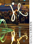 Танец пойстера возле светового фонтана (2012 год). Редакционное фото, фотограф Даниил Безуглов / Фотобанк Лори