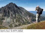 Купить «Турист фотографирует горы на Камчатке. Горный массив Вачкажец», фото № 3971602, снято 26 августа 2012 г. (c) А. А. Пирагис / Фотобанк Лори