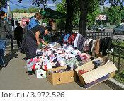 Купить «Торговля вещами на улице Измайловское шоссе, район Измайлово, Москва», эксклюзивное фото № 3972526, снято 28 июня 2012 г. (c) lana1501 / Фотобанк Лори