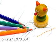Цветные карандаши и игрушка. Стоковое фото, фотограф Роберт Ивайсюк / Фотобанк Лори