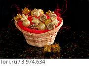 Купить «Корзина с елочными игрушками и конфетти», фото № 3974634, снято 24 ноября 2011 г. (c) Юлия Кашкарова / Фотобанк Лори