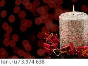 Купить «Новогодняя свеча с красными огнями-боке», фото № 3974638, снято 24 ноября 2011 г. (c) Юлия Кашкарова / Фотобанк Лори