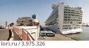 """Круизный лайнер """"Azura"""" на морском вокзале Одесского морского торгового порта. Stitched Panorama (2012 год). Редакционное фото, фотограф Евгений Калищук / Фотобанк Лори"""