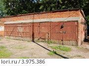 Купить «Кирпичные гаражи в Раменках», фото № 3975386, снято 1 июля 2012 г. (c) Абрамов Роман Николаевич / Фотобанк Лори