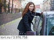 Купить «Молодая красивая девушка открывает дверь автомобиля», фото № 3976758, снято 28 октября 2012 г. (c) Кекяляйнен Андрей / Фотобанк Лори