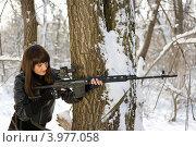 Купить «Молодая женщина целится из снайперской винтовки в зимнем лесу», фото № 3977058, снято 25 января 2011 г. (c) Сергей Сухоруков / Фотобанк Лори