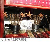 Еда экзотическая, китайская. Скорпионы, морские звезды на палочках. Стоковое фото, фотограф Владимир Бизюлев / Фотобанк Лори