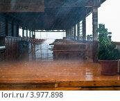 Летний ливень льет на террасу кафе. Стоковое фото, фотограф Галиева Лия / Фотобанк Лори