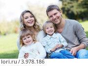 Купить «Счастливая семья с двумя детьми в парке», фото № 3978186, снято 12 сентября 2012 г. (c) Raev Denis / Фотобанк Лори