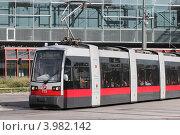 Современный городской трамвай на улицах Вены (2012 год). Редакционное фото, фотограф Александр Тарасенков / Фотобанк Лори