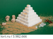 Купить «Пирамида из сахара на зеленом фоне», фото № 3982666, снято 2 ноября 2012 г. (c) Екатерина Панфилова / Фотобанк Лори