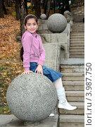 Купить «Девочка на каменном шаре», фото № 3987750, снято 4 ноября 2012 г. (c) Валерий Шилов / Фотобанк Лори